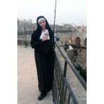 נזירה במוזיאון מגדל-דוד